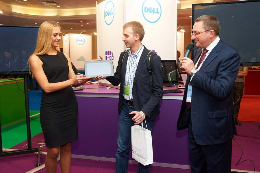 В Москве прошел Dell Solutions Forum 2013. Вручение подарка победителю
